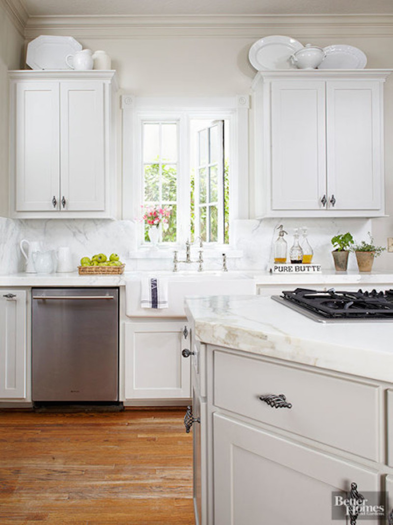 21 examples of the space above your kitchen cabinets for Examples of kitchen cabinets